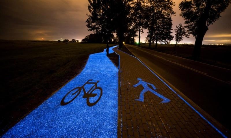 Un carril bici solar que brilla por la noche